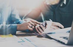 Έννοια των συνεργατών επιχειρησιακής συνεδρίασης Νέα ομάδα επιχειρηματιών που εργάζεται με το νέο πρόγραμμα ξεκινήματος στο σύγχρ Στοκ Φωτογραφία