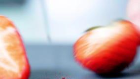 Έννοια των τεμνουσών φραουλών με ένα μαχαίρι στην κουζίνα Κινηματογράφηση σε πρώτο πλάνο απόθεμα βίντεο