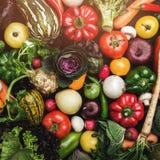 Έννοια των υγιών τροφίμων, σύνθεση με τα ανάμεικτα φρέσκα λαχανικά, τοπ άποψη στοκ εικόνες