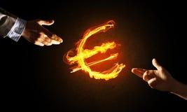 Έννοια των χρημάτων που κάνει με το ευρο- σύμβολο πυρκαγιάς νομίσματος στο σκοτεινό υπόβαθρο Στοκ φωτογραφία με δικαίωμα ελεύθερης χρήσης