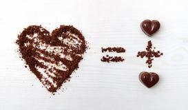 Έννοια τύπου αγάπης Δύο καραμέλες σοκολάτας κάνουν τη μεγάλη αγάπη για τη σοκολάτα Στοκ εικόνα με δικαίωμα ελεύθερης χρήσης