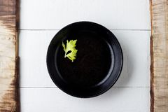Έννοια υποβάθρου μαγειρέματος Κενό αγροτικό μαύρο πιάτο χυτοσιδήρου στοκ φωτογραφία με δικαίωμα ελεύθερης χρήσης