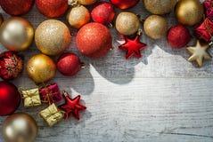 Έννοια υποβάθρου σφαιρών Χριστουγέννων στο ξύλινο γραφείο Στοκ Φωτογραφία