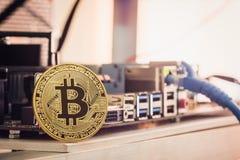 Έννοια υποβάθρου Cryptocurrency Bitcoin - χρυσό bitcoin με Στοκ Φωτογραφίες