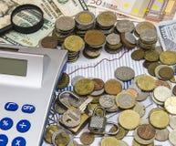 Έννοια υποθηκών που στρέφεται στα νομίσματα, τα χρήματα και τα κλειδιά Στοκ εικόνες με δικαίωμα ελεύθερης χρήσης