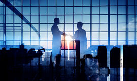 Έννοια υποστήριξης υποχρέωσης διαπραγμάτευσης χειραψιών επιχειρηματιών Στοκ Φωτογραφία