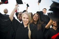 Έννοια φίλων αποφοίτων κολλεγίου εκπαίδευσης βαθμού κολλεγίου στοκ εικόνες με δικαίωμα ελεύθερης χρήσης