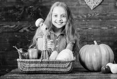 Έννοια φεστιβάλ συγκομιδών Κορίτσι παιδιών συγκομιδών πτώσης αγροτικής αγοράς που παρουσιάζει τη συγκομιδή του φυτικού κήπου της  στοκ εικόνα με δικαίωμα ελεύθερης χρήσης