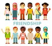 Έννοια φιλίας με τα διαφορετικά πολυπολιτισμικά ευτυχή παιδιά στο επίπεδο ύφος Στοκ φωτογραφία με δικαίωμα ελεύθερης χρήσης