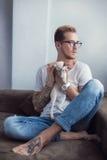 Έννοια: Φιλία μεταξύ ανθρώπινος και ζωικός Ασιατικό Shorthair pets Γάτα Στοκ Εικόνες