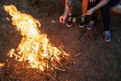 Έννοια φωτιών τουρισμού ζευγών πικ-νίκ Στοκ φωτογραφία με δικαίωμα ελεύθερης χρήσης