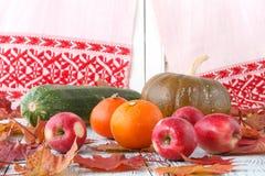 Έννοια φύσης φθινοπώρου Φρούτα και λαχανικά πτώσης στο ξύλο Γεύμα ημέρας των ευχαριστιών Στοκ Εικόνες