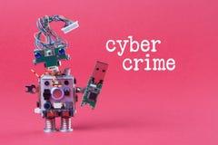 Έννοια χάραξης Cybercrime και στοιχείων Αναδρομικό ρομπότ με το ραβδί αποθήκευσης λάμψης usb, μοντέρνο μπλε eyed κεφάλι χαρακτήρα Στοκ εικόνα με δικαίωμα ελεύθερης χρήσης