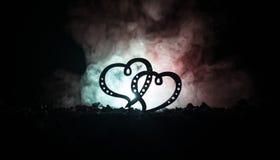 Έννοια χαιρετισμού βαλεντίνων Δύο καρδιές στο σκοτεινό τονισμένο ομιχλώδες υπόβαθρο Διαφανείς καρδιές Στοκ Εικόνα