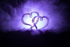 Έννοια χαιρετισμού βαλεντίνων Δύο καρδιές στο σκοτεινό τονισμένο ομιχλώδες υπόβαθρο Διαφανείς καρδιές Στοκ φωτογραφία με δικαίωμα ελεύθερης χρήσης