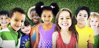 Έννοια χαμόγελου αθωότητας φιλίας παιδιών ποικιλομορφίας Στοκ Φωτογραφία