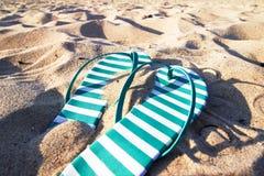 Έννοια χαλάρωσης σαγιονάρων άμμου παραλιών Στοκ φωτογραφία με δικαίωμα ελεύθερης χρήσης