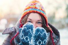 Έννοια χειμερινού τρόπου ζωής - νέο παιχνίδι γυναικών με το χιόνι υπαίθριο Στοκ Εικόνες