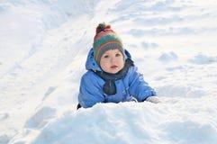 Έννοια χειμερινών δραστηριοτήτων - μικρό κορίτσι έξω από το παιχνίδι στο χιόνι Στοκ Φωτογραφία