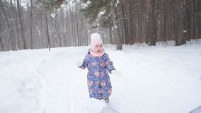 Έννοια χειμώνα και Χριστουγέννων Ευτυχές παιχνίδι μικρών κοριτσιών με το χιόνι σε ένα χειμερινό πάρκο φιλμ μικρού μήκους