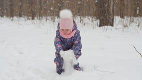 Έννοια χειμώνα και Χριστουγέννων Ευτυχές παιχνίδι μικρών κοριτσιών με το χιόνι σε ένα χειμερινό πάρκο απόθεμα βίντεο