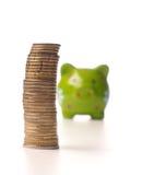 Έννοια χρημάτων αποταμίευσης με τα συσσωρευμένα νομίσματα Στοκ φωτογραφία με δικαίωμα ελεύθερης χρήσης
