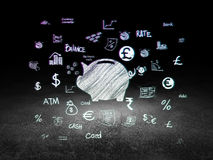 Έννοια χρημάτων: Κιβώτιο χρημάτων στο σκοτεινό δωμάτιο grunge Στοκ φωτογραφία με δικαίωμα ελεύθερης χρήσης