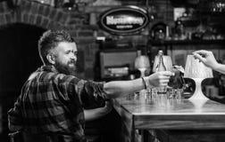 Έννοια χρημάτων μετρητών Άκρες άδειας για bartender Άκρη που δίνεται στο σερβιτόρο Ένα περισσότερο κοκτέιλ οινοπνεύματος Μετρητά  στοκ φωτογραφία με δικαίωμα ελεύθερης χρήσης