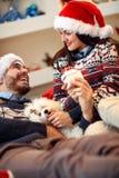 Έννοια Χριστουγέννων, διακοπών και ανθρώπων - ευτυχές ζεύγος σε Santa χ στοκ φωτογραφία με δικαίωμα ελεύθερης χρήσης