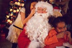 Έννοια Χριστουγέννων - επιθυμία Άγιος Βασίλης αφήγησης κοριτσιών Στοκ Φωτογραφία