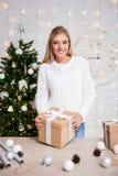 Έννοια Χριστουγέννων - πορτρέτο της νέας όμορφης ξανθής γυναίκας με στοκ εικόνες με δικαίωμα ελεύθερης χρήσης