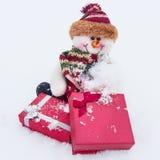 Έννοια Χριστουγέννων Χιονάνθρωπος με το κιβώτιο δώρων στο άσπρο χιόνι Χειμώνας, Χριστούγεννα και νέο έτος Στοκ Εικόνες