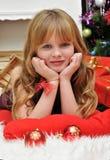 Έννοια Χριστουγέννων Όμορφο ξανθό κορίτσι με τις νέες σφαίρες γυαλιού ετών Στοκ φωτογραφία με δικαίωμα ελεύθερης χρήσης