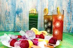 Έννοια χυμών και παγωτού φρούτων στο αφηρημένο υπόβαθρο Στοκ Φωτογραφίες