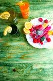Έννοια χυμών και παγωτού φρούτων στο αφηρημένο υπόβαθρο Στοκ Φωτογραφία