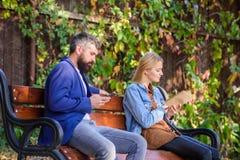 Έννοια χόμπι ανάγνωσης Ενδιαφέρουσα λογοτεχνία Η γυναίκα διάβασε το βιβλίο ενώ ο άνδρας διάβασε ebook το smartphone Διαβάστε το β στοκ φωτογραφία με δικαίωμα ελεύθερης χρήσης