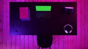 Έννοια χώρου εργασίας Gamer με την οθόνη lap-top των gamer που βλέπει Πράσινη επίδειξη προτύπων οθόνης φιλμ μικρού μήκους