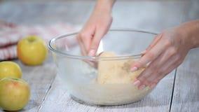 Έννοια ψησίματος Το χέρι γυναικών ψήνει το ψωμί ή το εύγευστο κουλούρι απόθεμα βίντεο