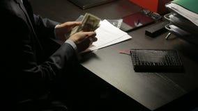 Έννοια δωροδοκίας, δωροδοκίας και απάτης - κλείστε επάνω του επιχειρηματία που παίρνει τα χρήματα φιλμ μικρού μήκους
