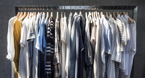 Έννοια ύφους καταστημάτων μόδας φορεμάτων κοστουμιών καταστημάτων ενδυμάτων Στοκ εικόνες με δικαίωμα ελεύθερης χρήσης