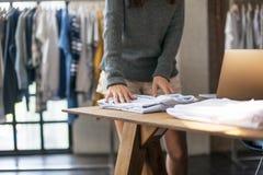 Έννοια ύφους καταστημάτων μόδας φορεμάτων κοστουμιών καταστημάτων ενδυμάτων Στοκ Εικόνες
