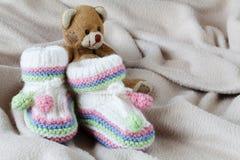 Έννοια anouncement νηπίων με τα νεογέννητα παπούτσια Στοκ Εικόνες