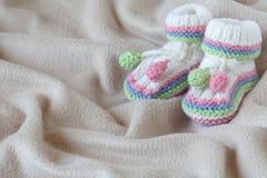 Έννοια anouncement νηπίων με τα νεογέννητα παπούτσια Στοκ φωτογραφία με δικαίωμα ελεύθερης χρήσης