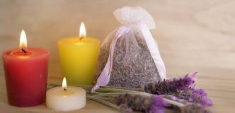 Έννοια Aromatherapy με τα κεριά και lavender Στοκ φωτογραφία με δικαίωμα ελεύθερης χρήσης