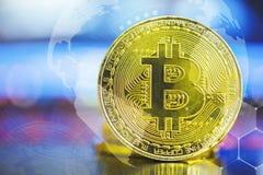 Έννοια Bitcoin Μεγάλο χρυσό bitcoin στο θολωμένο lap-top s υπολογιστών Στοκ Εικόνες