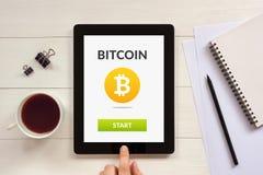 Έννοια Bitcoin στην οθόνη ταμπλετών με τα αντικείμενα γραφείων Στοκ φωτογραφίες με δικαίωμα ελεύθερης χρήσης