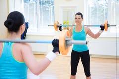 Έννοια Bodybuilding - νέα γυναίκα που ασκεί με το barbell Στοκ εικόνα με δικαίωμα ελεύθερης χρήσης