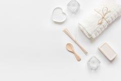 Έννοια Bodycare με το άσπρο σύνολο καλλυντικών στο πρότυπο άποψης υπολογιστών γραφείου γυναικών Στοκ Εικόνα