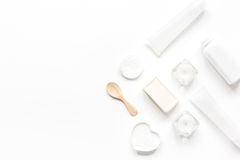 Έννοια Bodycare με το άσπρο σύνολο καλλυντικών στο πρότυπο άποψης υπολογιστών γραφείου γυναικών Στοκ εικόνες με δικαίωμα ελεύθερης χρήσης