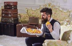 Έννοια Bon appetit Το άτομο με τη γενειάδα και mustache κρατά το κιβώτιο με τη νόστιμη φρέσκια καυτή πίτσα Φαλλοκράτης στα κλασικ Στοκ Εικόνα